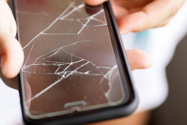 Gebroken beschermfolie vervangen op een smartphonescherm a