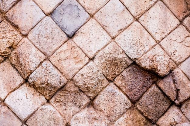 Gebroken bruine rotsmuur voor oppervlakte en achtergrond
