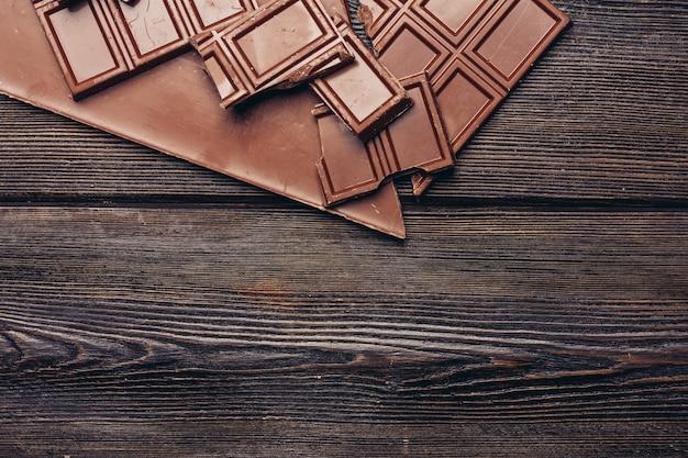 Gebroken chocoladereep diagonale kubussen textuur hout achtergrond