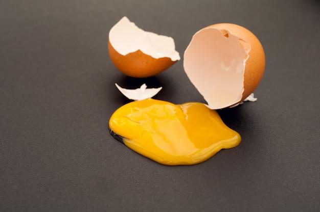 Gebroken ei op donkere achtergrond