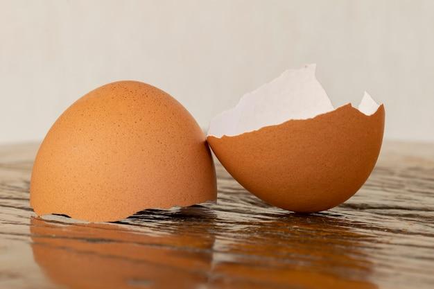 Gebroken eierschaal op de rustieke tafel.