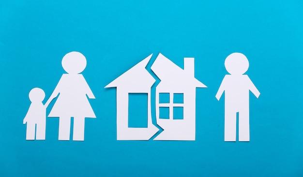 Gebroken gezin, scheiding. afdeling onroerend goed. gespleten papierfamilie, huis op blauw