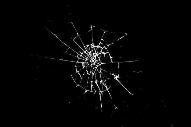 Gebroken glas is geïsoleerd tegen een zwarte achtergrond. witte scheuren.