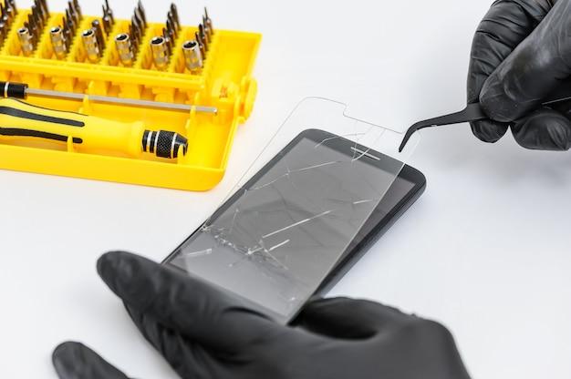 Gebroken glas voor smartphon verwijderen.