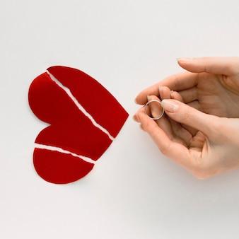 Gebroken hart met trouwring