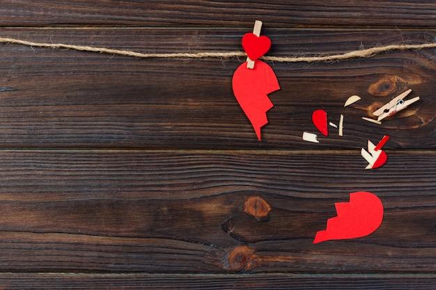 Gebroken hart uiteenvallen verzameling en echtscheiding pictogram. rood papier in de vorm van een gescheurde liefde, problemen met de gezondheidszorg als gevolg van ziekte. gebroken liefde concept