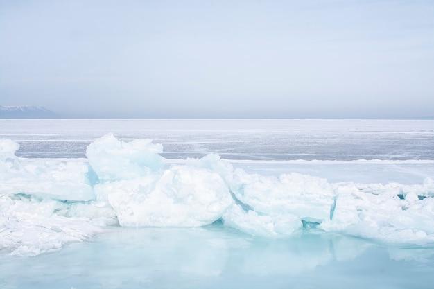 Gebroken ijs in bevroren meer aan het baikalmeer, rusland