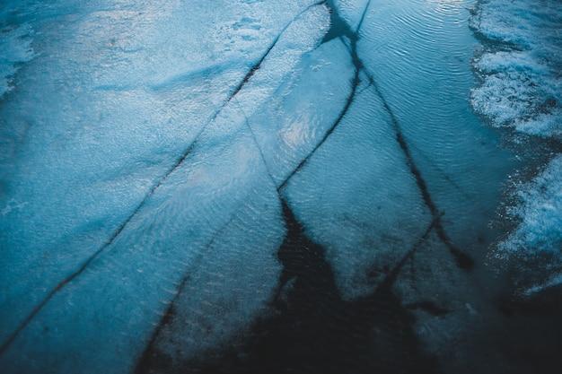 Gebroken ijs op het meer