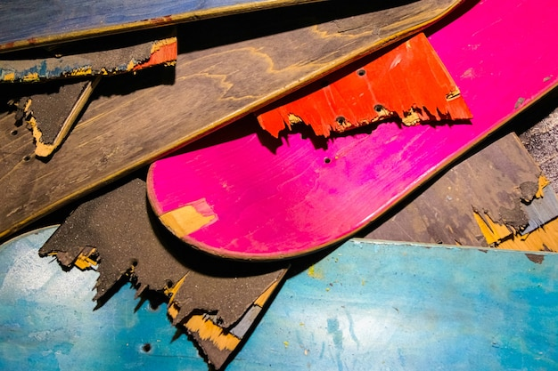 Gebroken kleurrijke skateboard decks op elkaar gestapeld, skateboard recycling.