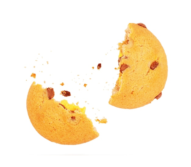 Gebroken koekjes tijdens de vlucht op witte achtergrond