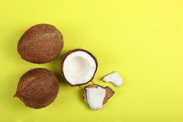 Gebroken kokosnoot op een gekleurde close-up als achtergrond