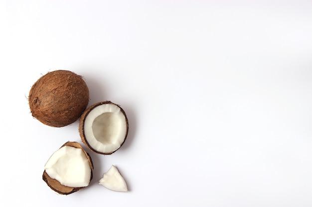 Gebroken kokosnoot op een witte achtergrond bovenaanzicht