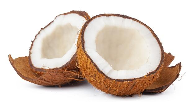 Gebroken kokosnoot op een witte achtergrond close-up