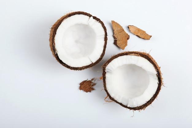 Gebroken kokosnoot op een witte close-up als achtergrond