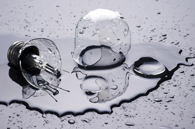 Gebroken lamp en water