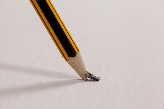 Gebroken potlood op wit oppervlak