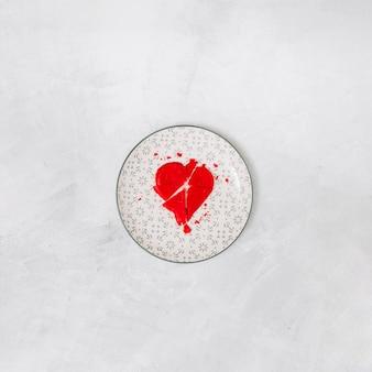 Gebroken rood hart op plaat