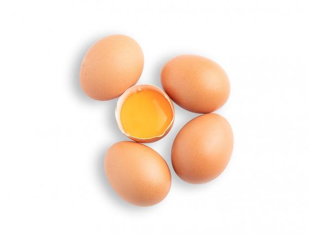 Gebroken ruw ei dat op de witte achtergrond wordt geïsoleerd