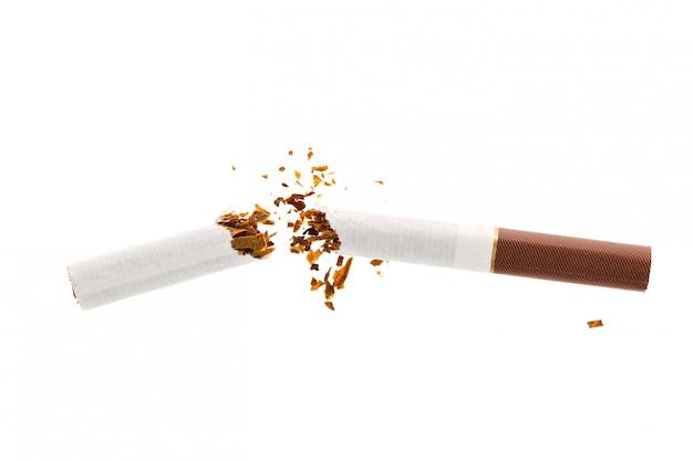 Gebroken sigaret met robacco die op wit wordt geïsoleerd