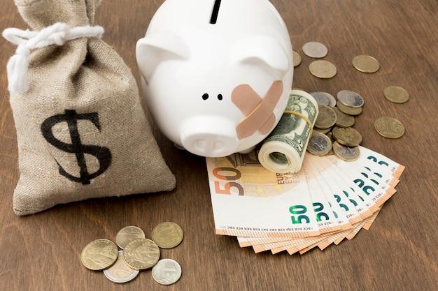 Gebroken spaarvarken en financiële storting