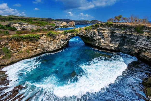 Gebroken strand op het eiland nusa penida, bali in indonesië