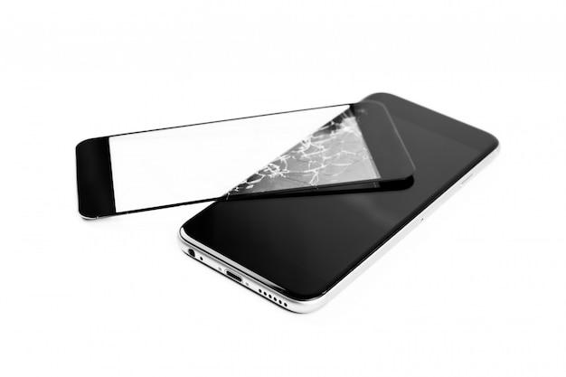 Gebroken telefoon die op wit wordt geïsoleerd