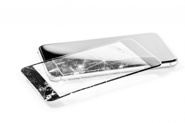 Gebroken telefoon die op witte achtergrond wordt geïsoleerd