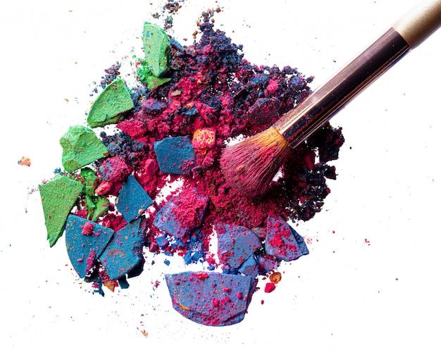 Gebroken verspreide mix van oogschaduw met make-up kwast