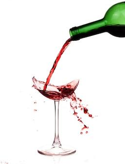 Gebroken wijnglas op tafel