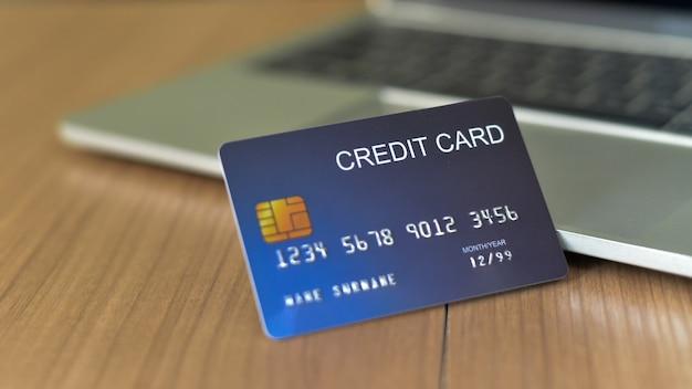 Gebruik creditcards en macbooks om te kopen - afbeeldingen