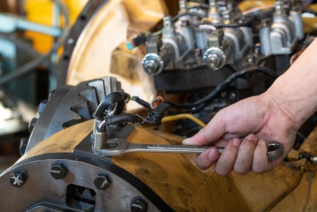 Gebruik een moersleutel om de borgmoer van de snelheidssensor bij de transmissie los te maken