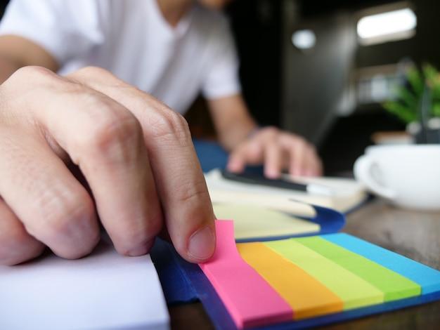 Gebruik memoblok kleurrijk papier om te onthouden wanneer u aan het werk bent