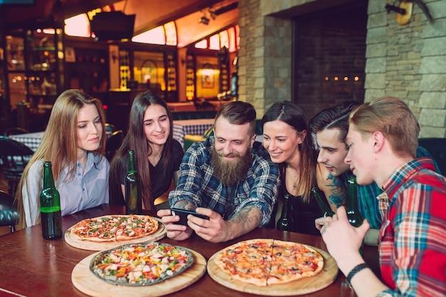 Gebruik mobiele telefoon selfie photo group friends