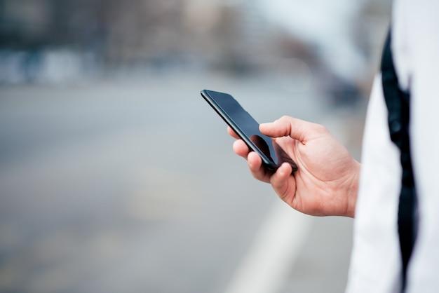 Gebruik van smartphone in de stadsstraat.
