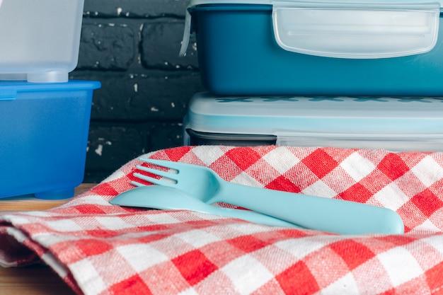 Gebruiksvoorwerpen en mokken, keukengerei op houten planken
