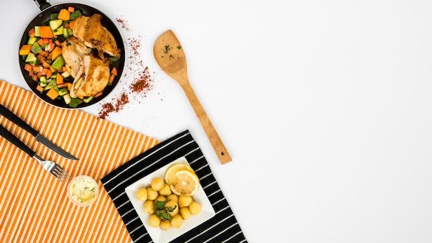 Gebruiksvoorwerpen in de buurt van lekkere gerechten