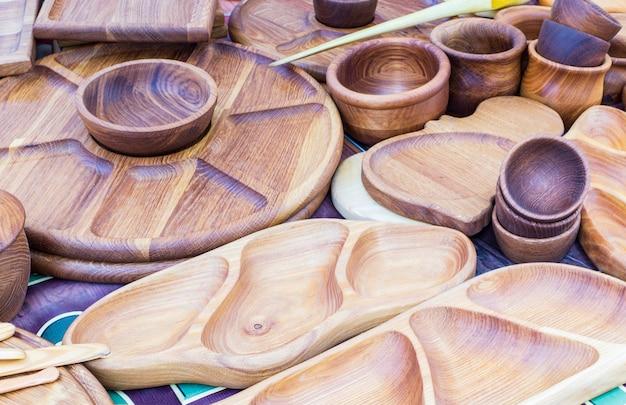 Gebruiksvoorwerpen van hout, schalen, lepels en snijplanken. handwerk wordt te koop tentoongesteld.