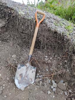 Gebruikt schop naast een stapel voor grind