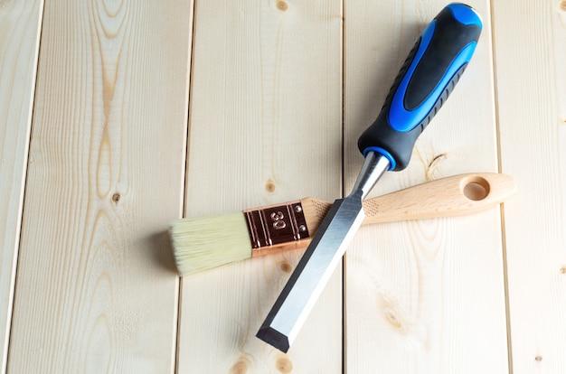 Gebruikt timmerwerk of timmermanshulpmiddelen op houten bureau