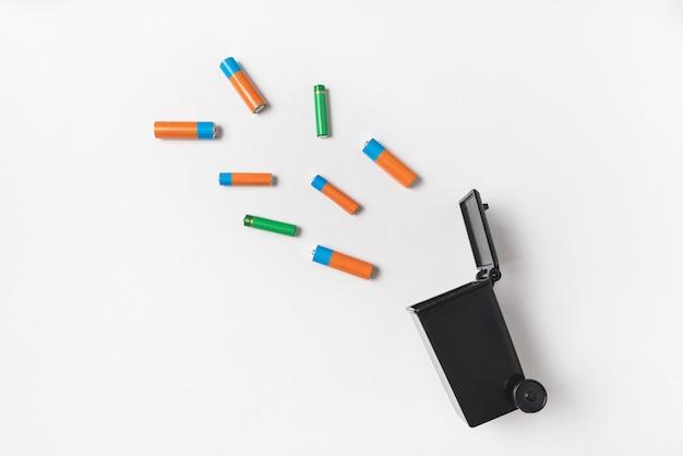 Gebruikte batterijen van het vingertype. correcte verwijdering van batterijen en accu's. elektronisch afvalconcept