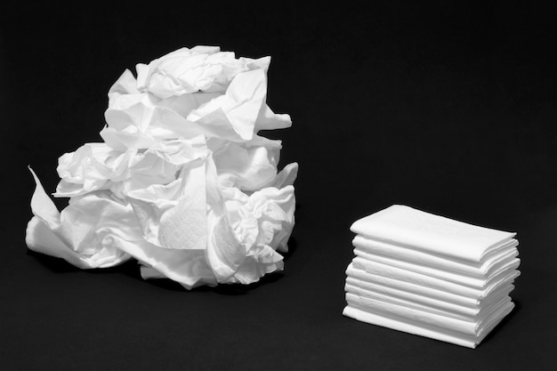 Gebruikte en nieuwe weefsels op zwarte achtergrond concept van zieke griep en koud huilen slordige masturbatie