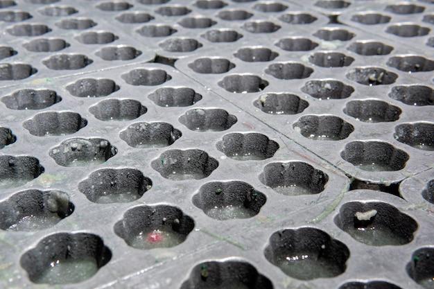 Gebruikte metalen mallen voor het maken van gumdrops met gelatineresten