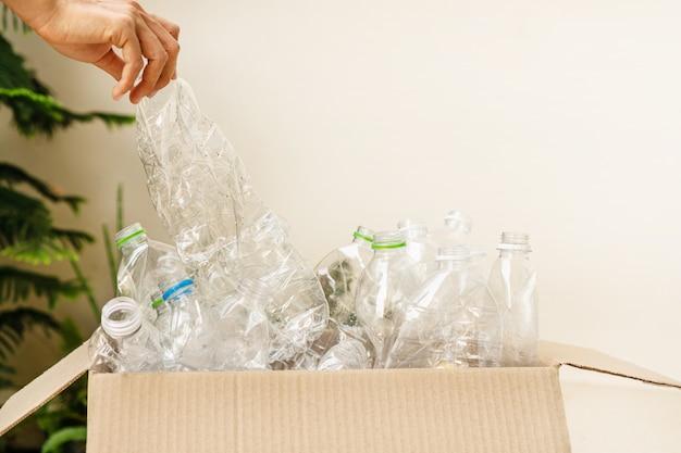 Gebruikte plastic flessen in een kartonnen doos