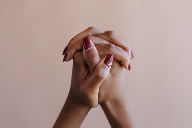 Gebruinde gemanicuurde vrouwelijke handen