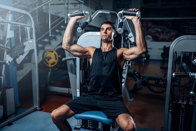 Gebruinde man training op hometrainer. actieve sporttraining in de sportschool