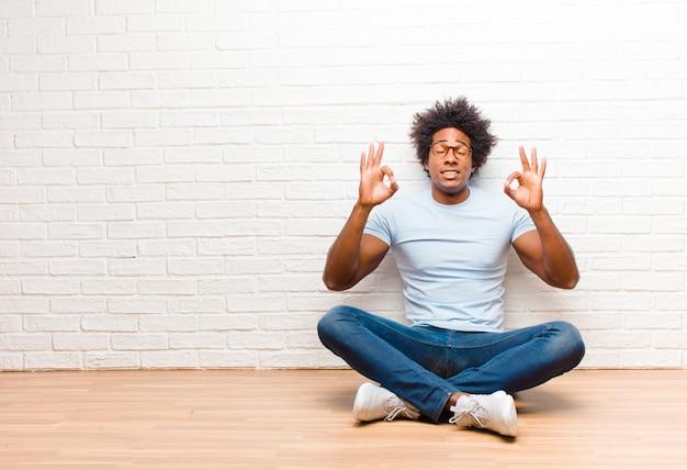 Geconcentreerd en mediteren, tevreden en ontspannen voelen, nadenken of een keuze maken