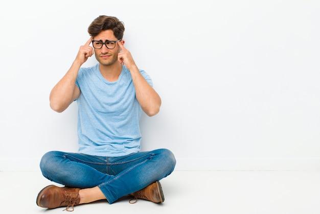 Geconcentreerd kijken en hard nadenken over een idee, een oplossing bedenken voor een uitdaging of probleem