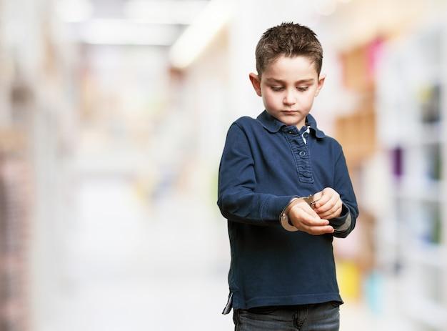 Geconcentreerd kind met behulp van handboeien