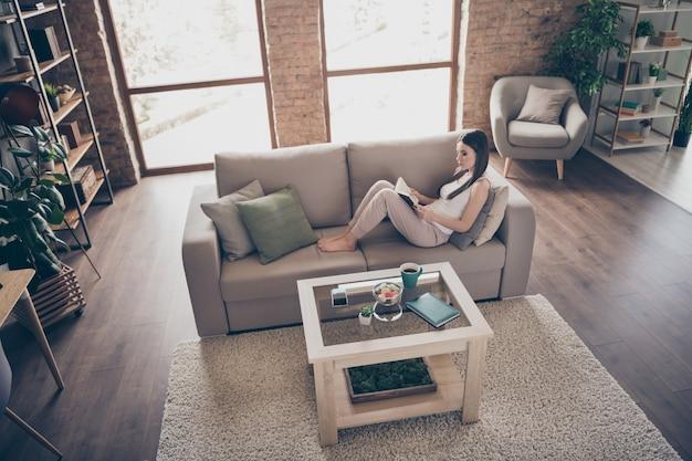 Geconcentreerd meisje ontspannen gelezen boek