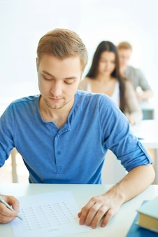 Geconcentreerd om zijn examen doen